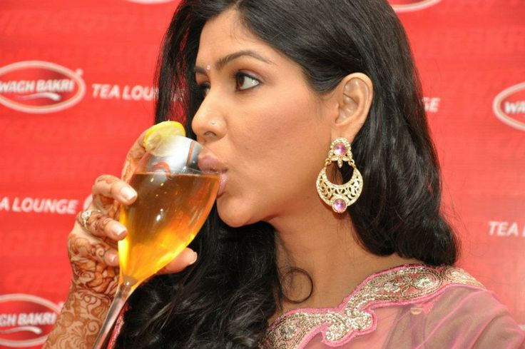 Bade Ache Lagte Hain fame - Sakshi Tanwar relishing flavored tea at Wagh Bakri Tea Lounge. New Delhi.