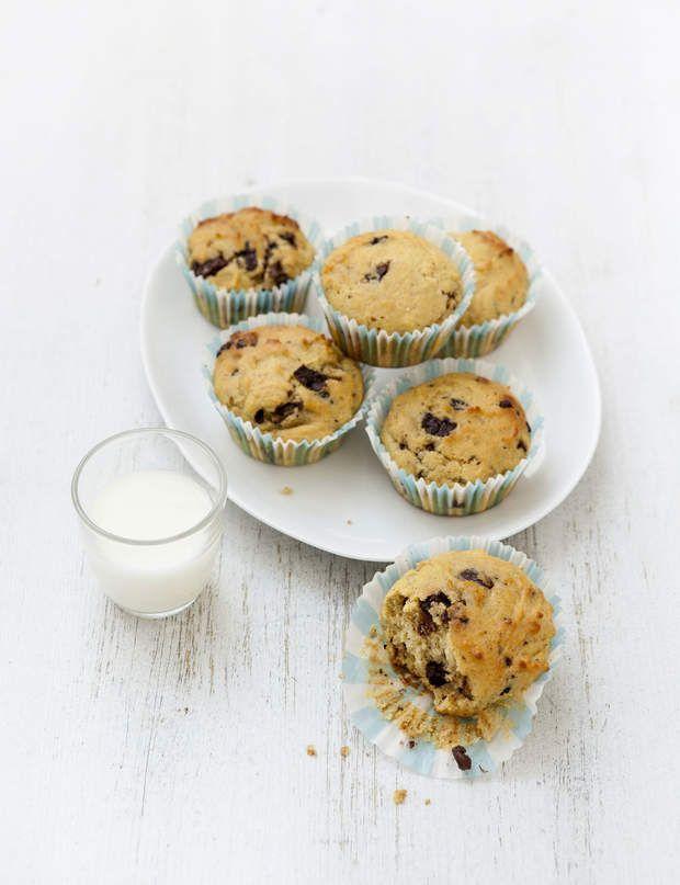 Muffins aux pépites de chocolatMuffins aux pépites de chocolat155 Kcal par muffinPour 6 muffins :40 g de chocolat noir à 40 % de cacao2 oeufs30 g de beurre allégé4 cl de lait écrémé4 cl de crème fraîche liquide à 15 % M.G.4 cl d'eau20 g de sucre blanc ou sucre végétal4 g de levure chimique100 g de farineSéparez les blancs des jaunes d'oeufs.Coupez le chocolat en morceaux de la taille d'une pépite.Faites fondre le beurre à feu doux et réservez-le.Battez les jaunes d'oeufs avec le sucre, puis…
