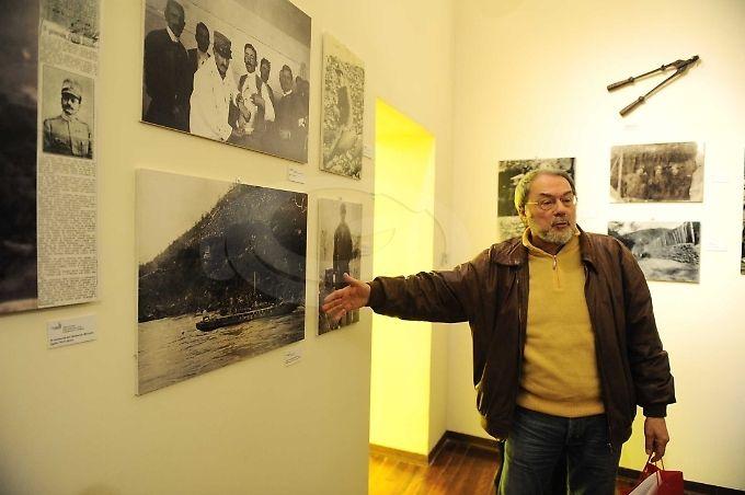 Il curatore della mostra, Alberto Mori