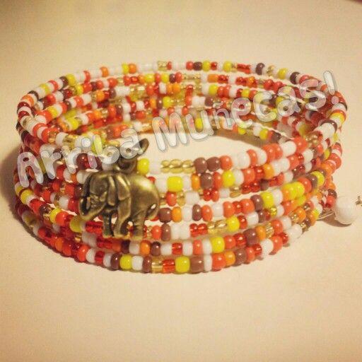 Pulsera de cuentas / memory wire beaded bracelet - by Arriba Muñecas