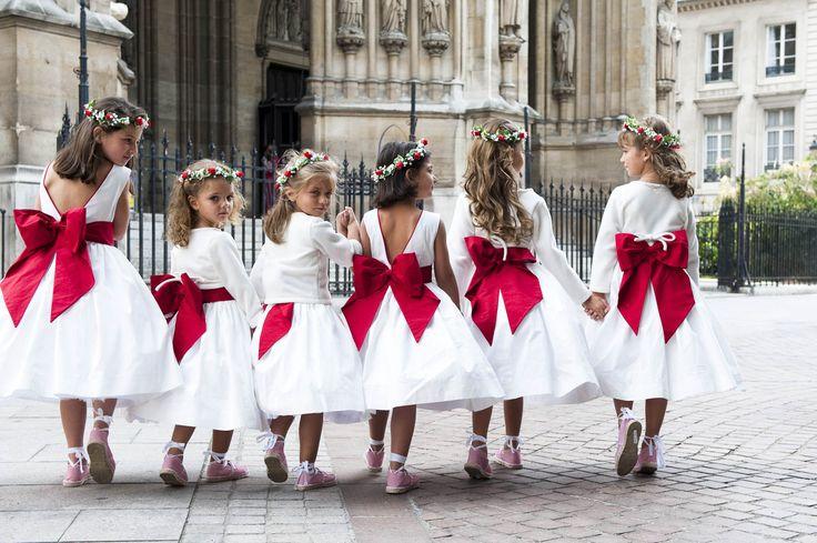 Défilé d'enfants d'honneur. Mariage à Paris en rouge et blanc.