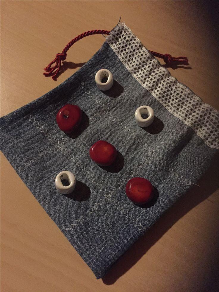 Luffarschack i återbruk av gamla jeans och smycken.