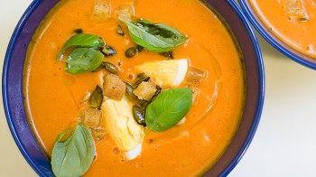 Hjemmelaget tomatsuppe. Oppskriften er med video der Andreas Myhrvold viser deg hvordan det gjøres.