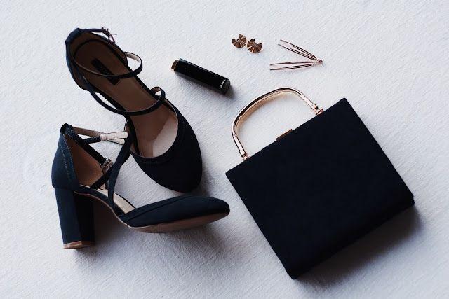 Stylizacja Na Wesele Rozowa Sukienka Granatowa Torebka I Granatowe Buty Ze Zlotymi Dodatkami Heels Pumps Shoes