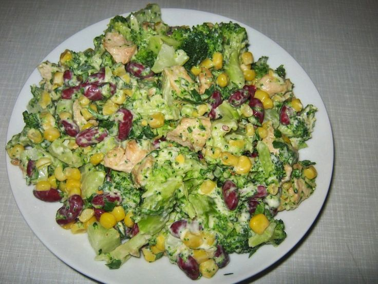 1 duży brokuł 2 pojedyncze piersi z kurczaka 1 puszka czerwonej fasoli 1 puszka kukurydzy 3 ząbki czosnku-przeciśniętego przez praskę 4 – 5 łyżek majonezu odrobina soli 1 łyżeczka maggi do zu…