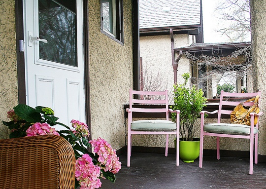 love the pink chairs and the green flower pot!
