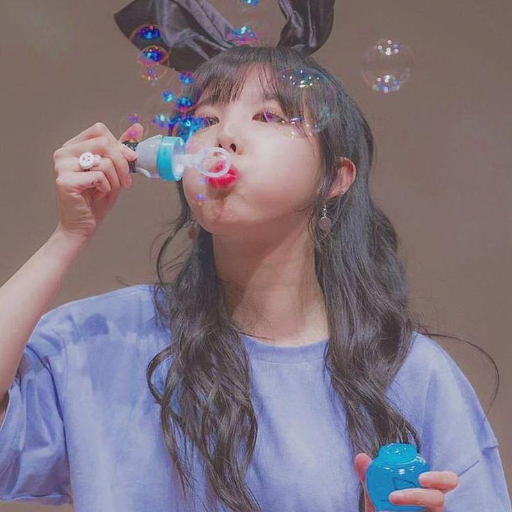 . . ぷくぷく しゃぼんだま.゚ . ふわふわと 飛んでいくしゃぼんだま 小さいころ よくあそんだな . かわいすぎるナヨンちゃん ツインテールが とってもおにあい . #twice#nayeon#cute#bubbles#ツインテール#かわいい#おんなのこ#目の保養#女子力#向上# .