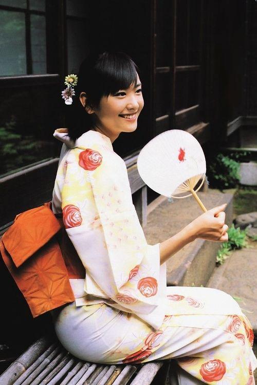 Shoulder detail girlsinkimono: Yui Aragaki in yukata. Japan