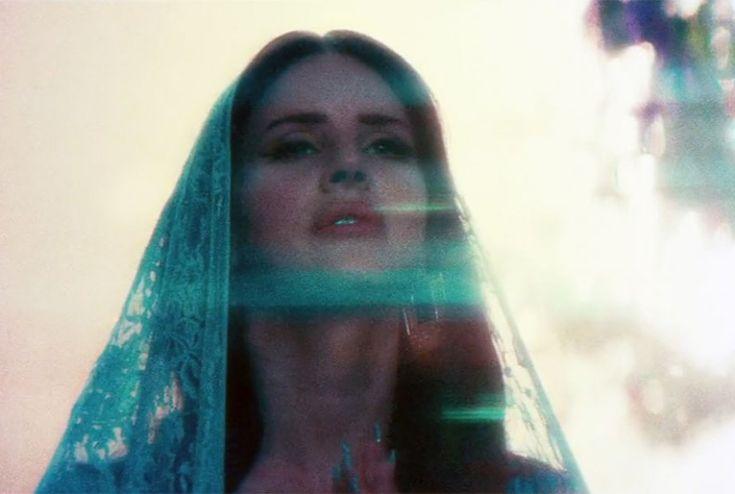 """Com 30 minutos de duração, o clipe """"Tropico"""" de Lana Del Rey traz três músicas do álbum """"Born To Die – The Paradise Edition"""": """"Body Eletric"""", """"Gods and Monsters"""" e """"Bel Air"""". Com direção de Anthony Mandler, que dirigiu Del Rey em """"National Anthem"""" e """" Ride"""", o novo clipe conta com a participação da modelo Shaun Ross. A...<br /><a class=""""more-link"""" href=""""https://catracalivre.com.br/geral/dica-digital/indicacao/lana-del-rey-lanca-curta-metragem-tropico-com-30-minutos-de-duracao/"""">Continue…"""