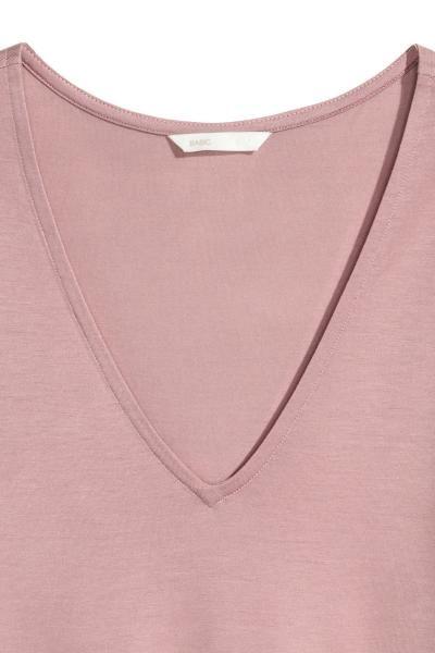 CONSCIOUS. Top en jersey souple de lyocell Tencel®. Modèle droit avec encolure en V. Fentes latérales.