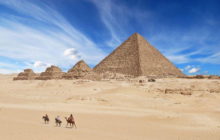 Pyramide de Khéops, Égypte - La pyramide de Khéops, ou grande pyramide de Gizeh, est un monument construit par les Égyptiens il y a plus de 4 500 ans. Tombeau présumé du pharaon Khéops, ses nombreuses particularités architecturales et les exploits atteints pour sa construction en font une pyramide qui ne cesse de susciter des questionnements chez l'Homme.
