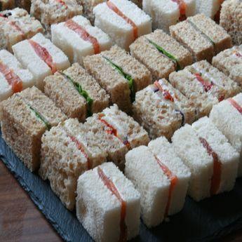 Sandwich-Variationen mit verschiedenen Brotsorten:  Räucherlachs-Frischkäse,  Schinken-Pute, Aubergine-getrocknete Tomaten, Roastbeef with Remoulade und Radieschen