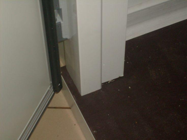 """Λεπτομέρια ψυκτικού θαλάμου. Διακρίνεται το ειδικό πάτωμα καθώς και η λεπτομέρια της κάσσας της πόρτας και της κόντρα κάσας. Η συγκεκριμένη κάσσα ανήκει στη σειρά """"ST"""" δηλαδή την στάνταρ σειρά. -  Detail of a small cold room. You can see the special wood floor and also the door frame with the counter door frame. This frame belongs to """"ST"""" series, meaning the Standard series."""
