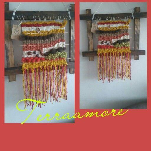 Telar decorativo con marcos de madera y lana natural de ovejas.