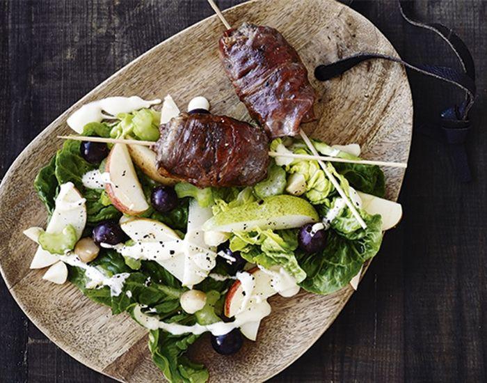Hakkebøf med parmaskinke serveret på spyd og salat - Måltid