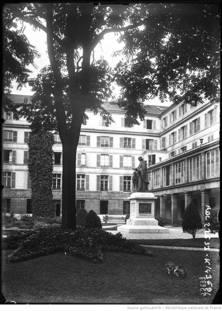Paris, Institut national des sourds-muets [bâtiments rue Saint-Jacques, statue de l'abbé de l'Epée dans la cour] : [photographie de presse] / [Agence Rol]