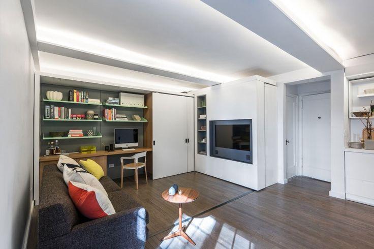 Dans ce studio new-yorkais, l'agence d'architecture MKCA à eu la bonne idée de créer un meuble coulissant qui vient couperle séjour pour faire apparaître le coin chambre. Cerise sur le gâteau, la TV pivote pour se retrouver face au lit. Attention tout de même de ne pas trop rêv