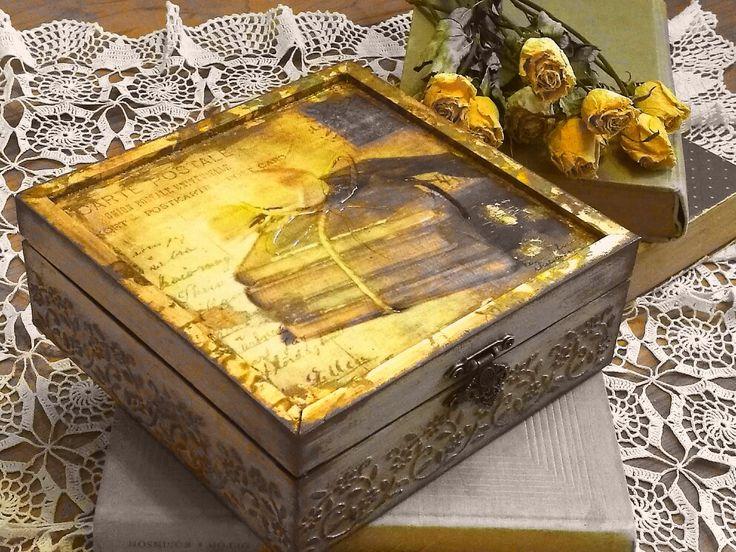 régi könyvek, kopottas dobozok, dédanyáink csipkéje - mindez adja az antik hatást / antique style -old books, word box, lace cloth