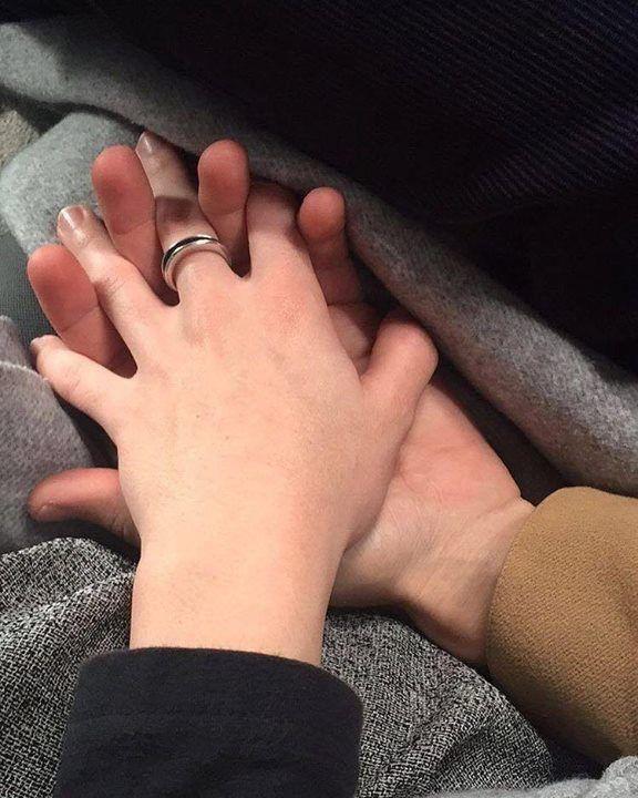 Фотографии парень с девушкой держаться за руку