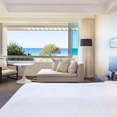 Another one of Australia's most iconic (& beautiful) properties the @sheratongrandgoldcoast is offering 'The Cloud' Bed Topper on their California King sized beds - the ultimate in blissful sleep.....☁️😴☁️ #sheratongrandmirage #sheraton #mainbeach #goldcoast #thecloudbedtopper #luxuryhotel #hoteldesign #interiordesign #stylist #hotelbed #whitebed #californiakingbed