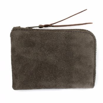 MAKR Slim Zip Wallet Moss Suede: MAKR, a heritage brand from the US, are renowed for their quality hard wearing products, made with care and attention. This slim wallet has a seam intergrated zip and makes for a very practical, unobtrusive and individualistic everyday use item.