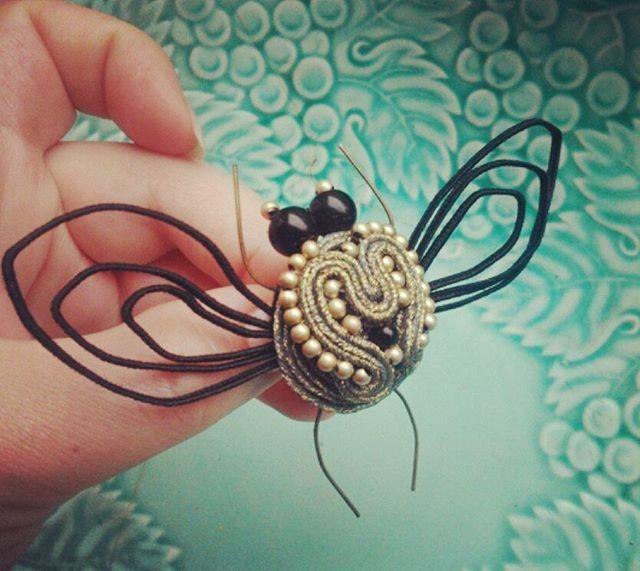 Первая мушка из 2014 года.  Сфотографирована на фоне почти антикварной тарелки (Германия?), полученной в наследство от двоюродной бабушки (в ее честь меня нарекли Екатериной; у нас в семье так было принято). Запретила семейству использовать тарелку по назначению))) #авторскаяброшь #брошка #ручнаяработа #винтаж #посуда #мушка #insects  #handmade #brooch #pin #vintage #jewelry