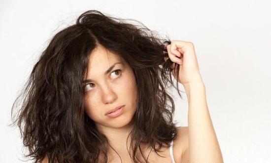 髪質に合わない市販のシャンプーでトラブルを抱える方も多いですよね。強力な洗剤は髪や地肌を痛め、合成成分は体内にまで影響を与えます。天然成分が頭皮や髪の毛の栄養を与えるドライヘアーの為の手作りシャンプーのレシピです。#エッセンシャルオイル#アロマレシピ#アロマテラピー#ハーブ#ガーデニング