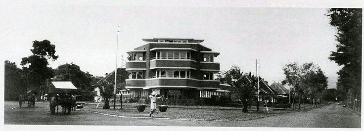 "De moderne pension-villa ""De Driekleur"" op de splitsing  Dagoweg/Heetjansweg te Bandoeng bouwde architect A.F. Aalbers circa 1939."