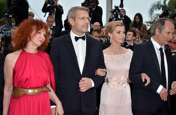 La distribution du film Vous n'avez encore rien vu, d'Alain Resnais, présenté en Compétition officielle. De gauche à droite : Sabine Azéma, Lambert Wilson, Anne Consigny et Hippolyte Girardot.