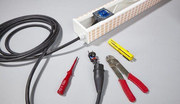 Ein Schalter ermöglicht ein Ausschalten des Stroms. Das Anschlusskabel wird mit Aderendhülsen mit Schalter und Stecker verbunden.