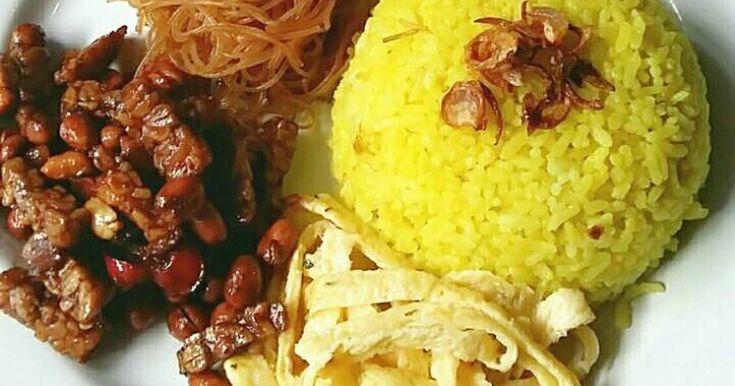 Resep Nasi Kuning Wangi dan Gurih ala Rieska favorit. Nasi kuning wangi... cuma pakai ricecooker aja. Simple tapi enak banget. Selamat mencoba.