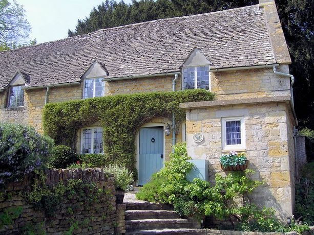 Slatters Cottage in the Cotswolds.  *sigh*  Someday I have to stay here.  Reminds of the cottage in the movie The Holiday.