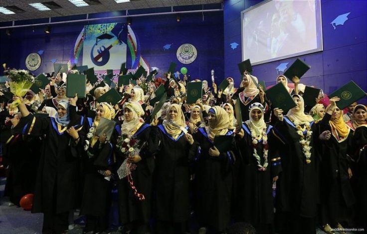 Musim Wisuda di Jalur Gaza  Sekitar 20.000 mahasiswa tingkat akhir menerima ijazah mereka pada 1 September lalu. Foto: MEMO  LONDON Sabtu (Middle East Monitor): Upacara wisuda bagi para mahasiswa di sejumlah universitas dan perguruan tinggi diselenggarakan di penjuru Jalur Gaza pekan ini. Para lulusan memperoleh gelar diploma sarjana dan master mereka. Sekitar 20.000 mahasiswa tingkat akhir menerima ijazah mereka.  Universitas Islam Gaza yang menghasilkan ratusan lulusan setiap tahun…
