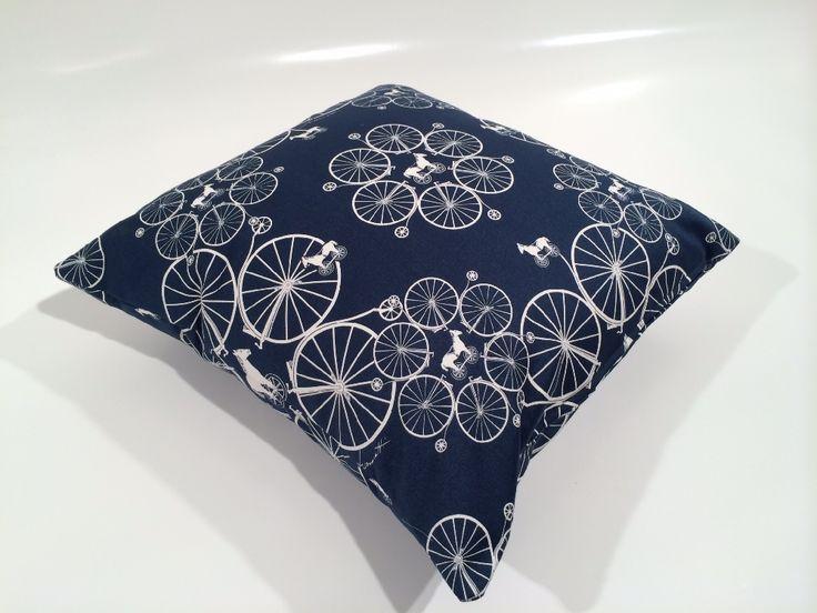 """Cuscino d'arredo confezionato con raffinato tessuto in rasatello di cotone stampato raffigurante """"Bicicli Grandi"""" by Fabric Design Diffusion"""