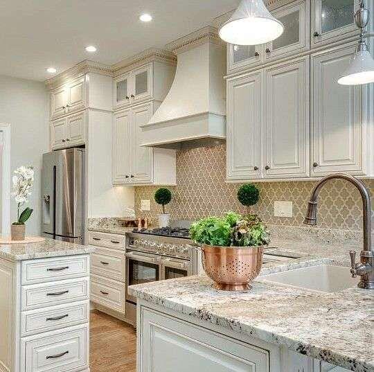 Cucina color crema - Cucina crema con piano in marmo
