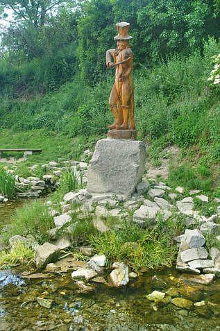 Pomnik chrząszcza nad strumykiem w Szczebrzeszynie