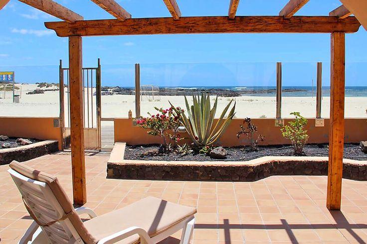 Description: Chillen in een kleinschalig complex van studio?s met zwembad direct aanhet strand van El Cotillo  Pal op het zachte zand van El Cotillo Als je gesteld bent op zon en zee dan heb je het voor elkaar in Cotillo Sunset. Je ontdekt er een prima plekje op een volmaakte locatie pal op het zachte zand van El Cotillo. Op het strand trekken de natuurlijk gevormde zwembaden en glasheldere lagunes je aandacht wanneer je er langs loopt. Je twijfelt. Meteen een duik nemen of dit prachtige…