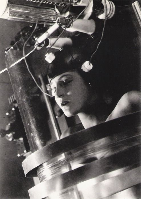 an analysis of the science fiction movie metropolis Metropolis: breaking down the utopia in january of1927 metropolis was released to the german public the film, which was directed by fritz lang, was one of the first science fiction movies in the history of film.