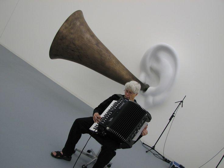 El eclecticismo performativo de Oliveros ha sido determinante desde mediados de los 60, pero si algo le caracteriza es el sonido y la respiración profunda (deep listening) de su acordeón electrónicamente tratado.