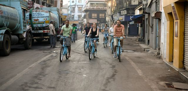 Discover the busy streets of Mumbai on a Bicycle Tour | Padhaaro