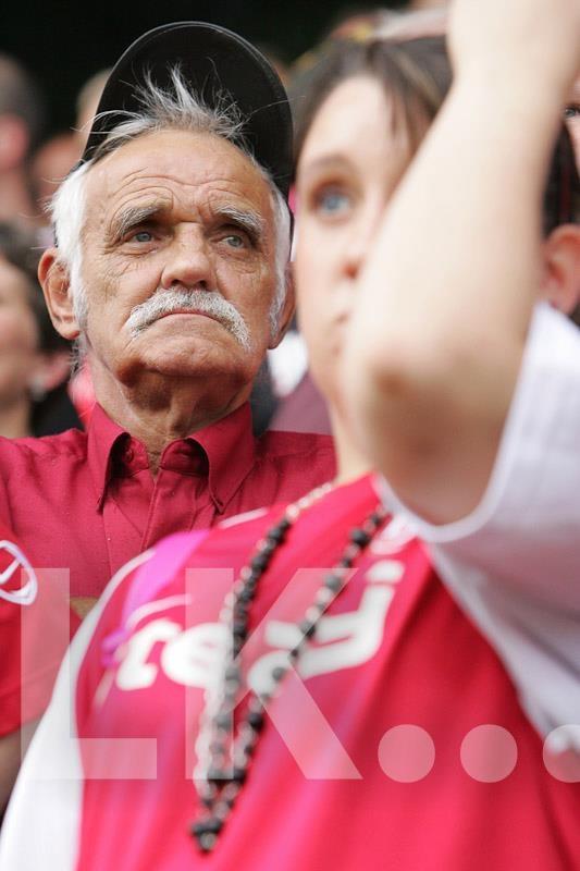 Rot-Weiss Essen    2006 spielte der Traditions-Verein in der 2. Bundesliga, aber es sah nicht gut aus, wie man den Mienen der Fans entnehmen kann. Der größte Vereinserfolg war die Deutsche Meisterschaft 1955. Nach finanziellen Problemen spielt RWE im Moment schuldenfrei in der Regionalliga-West. Für bessere Zeiten gewappnet sein soll das Stadion, dessen Tribüne momentan erneuert wird.    Foto Lutz Kampert, Portfolio: http://www.dimago.net/ , Recherche: http://www.kampert.djv-bildportal.de/