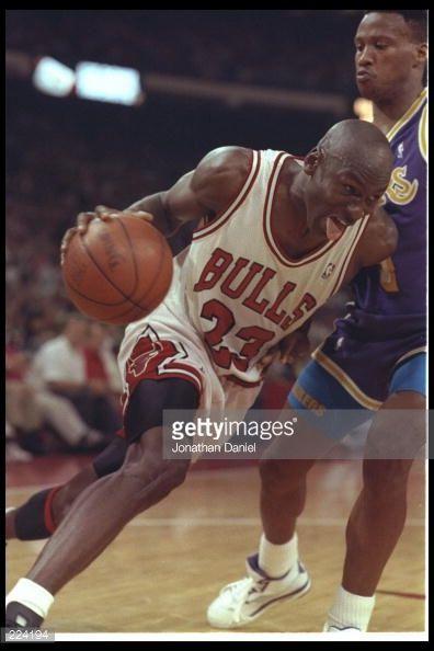 Fotografia de notícias : Guard Michael Jordan of the Chicago Bulls drives...