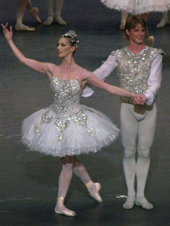 Jewels, Paris Opera Ballet, Costumes by Christian Lacroix. ✯ Ballet beautie, sur les pointes ! ✯