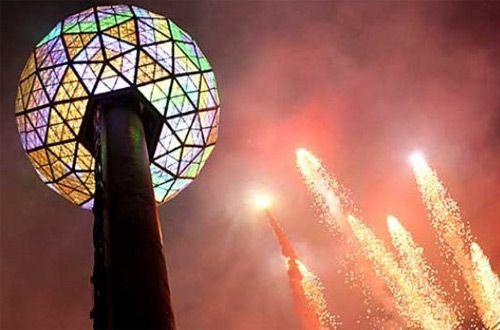 На Таймс-Сквер установили традиционный новогодний хрустальный шар (видео)