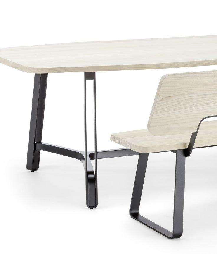07/03/2017 -Il nuovo tavolo da pranzo S 1091e il modello S 1092, dotato di traversa aggiuntiva, nascono all'insegna della conviviali