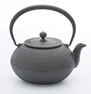 <南部鉄器(OIGEN)>ステンレスやアルミ製に比べ、かなり重たくなりますが、その保温性、そしてなにより、鉄分たっぷりのお湯がわかせるので、妻のためにも南部鉄器を買おうかと思っているところです。なかでも、僕が注目しているブランドが「OIGEN」。1856年の創業の老舗でありながら、今のレストランでも家庭でもマッチするモダンなデザインの製品を作っているんです。  及源鋳造 >>> http://oigen.jp/  【MEN'S CLUB編集長 戸賀敬城】  http://lexus.jp/cp/10editors/contents/mensclub/index.html    ※掲載写真の権利及び管理責任は各編集部にあります。LEXUS pinterestに投稿されたコメントは、LEXUSの基準により取り下げる場合があります。
