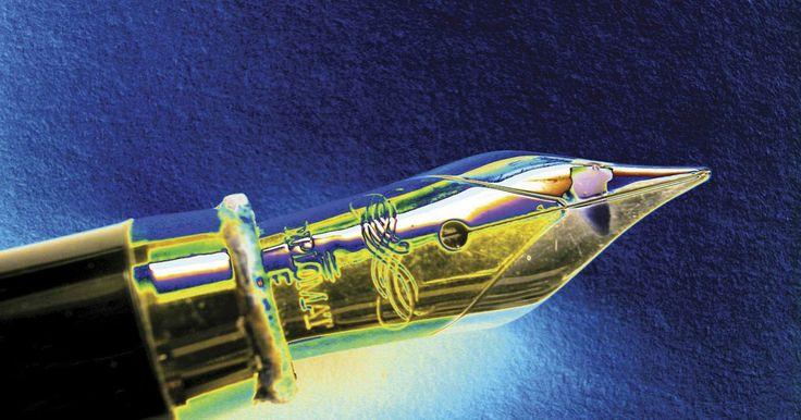 Cómo hacer tinta invisible que se vea con una luz UV. Escribir con tinta invisible es un juego divertido para un día lluvioso, pero también es una oportunidad para enseñar una lección básica de química y óptica. Con ingredientes simples que pueden ya estar en casa, puedes enseñar a tus espías y ninjas cómo mandar mensajes secretos y por qué el procedimiento funciona. Usando esta formula de tinta, tus ...