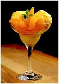 Апельсиновое мороженное. ИНГРЕДИЕНТЫ:  •апельсины — 2 шт.; •желток — 3 шт.; •сахар — ½ чашки; •сливки 18% — 1 стакан.  ПРИГОТОВЛЕНИЕ:  1.Апельсин варить в течение 1,5 часа. Разрезать на части и перебить в блендере до однородной кремообразной консистенции. 2.Сливки взбить в лёгкую пену. 3.Сахар с желтками взбить блендером до кремообразной массы. 4.К яичной смеси добавить взбитые сливки и апельсиновую пасту, перемешать до однородной консистенции. 5.Выложить в ёмкость для заморозки…