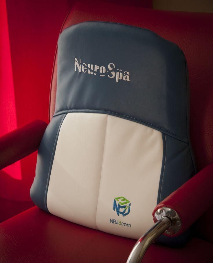 Coussin NeuroSpa NRJ3 bleu sur chaise rouge #NeuroSpa