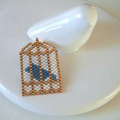 Broche cage doré et oiseau bleu en perles miuyki